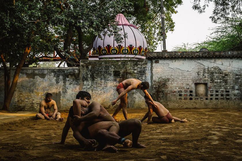 Az első helyezett fotó Indiában, Új-Delhiben készült, és az ősi indiai birkózási formát, a kushtit mutatja be. Az akharák, vagyis az edzőtermek kivételes helyek Indiában, ahol nem számítanak a kasztok, és mindenki egyenlő.