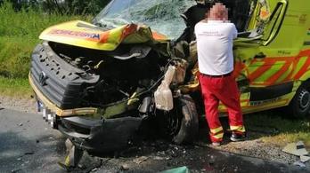 Mentőautóval ütközött egy furgon Kaposvár közelében
