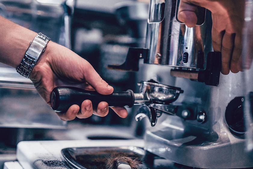 Miért és milyen gyakran kell tisztítani a kávéfőzőt? Tele lehet baktériumokkal