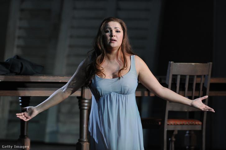 Anna Nyetrebko, Donna Eleonora szerepében Verdi La forza del destino előadásán Christof Loy rendezésében Londonban 2019. március 18-án