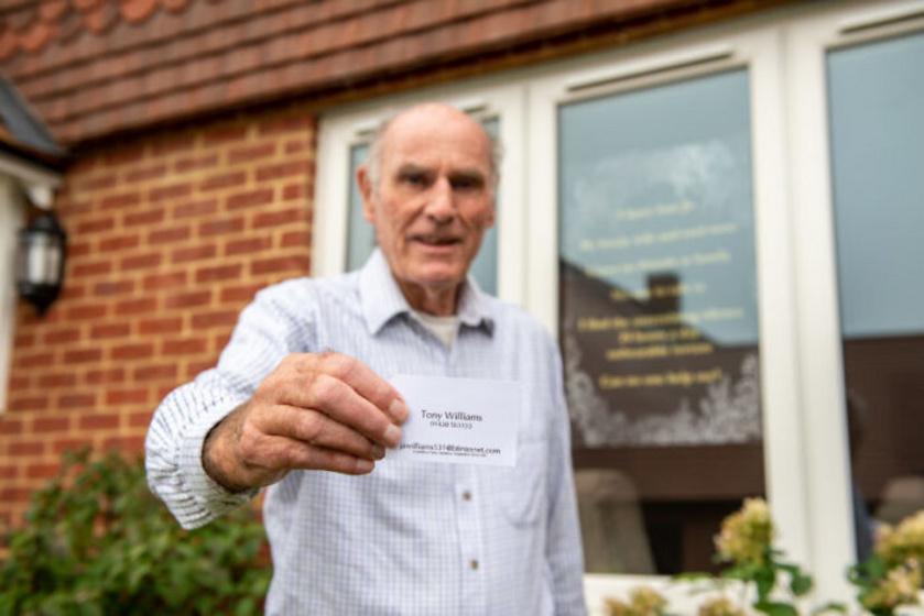 Az idős úr már több módszert bevetett, hogy beszélgetőpartnereket találjon. Két hirdetést is feladott a helyi újságban, és névjegykártyákat osztogatott a járókelőknek sétálás közben. Sajnos senki nem hívta fel.