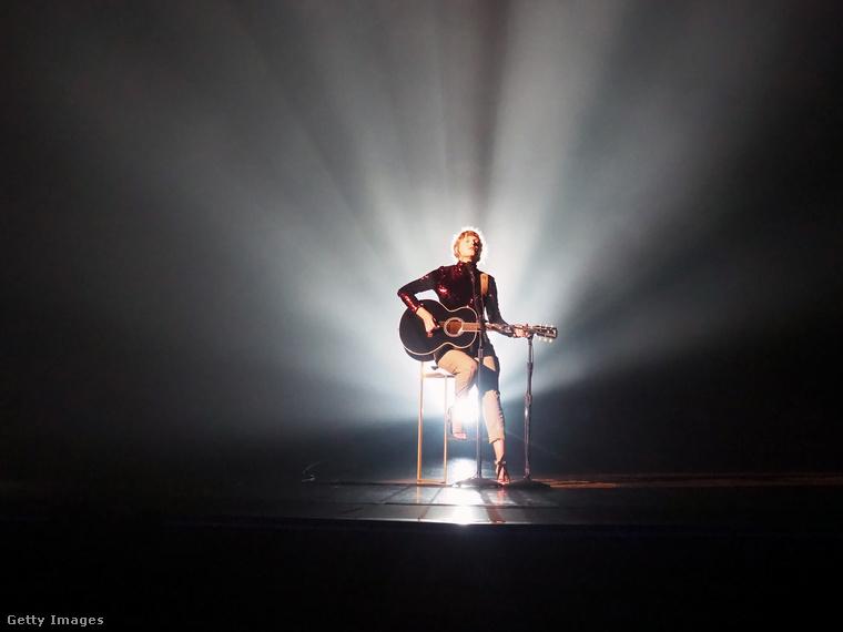 De először is itt egy hangulatos kép, amin az esemény legnagyobb sztárja, Taylor Swift a csilligó blúzában gitározik és énekel.