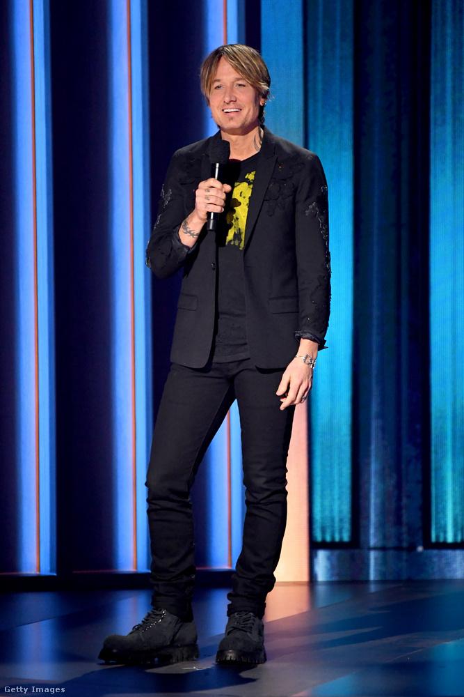Ő is híres, mert ő Keith Urban, egyrészt énekes, másrészt tévés személyiség, harmadrészt Nicole Kidman férje