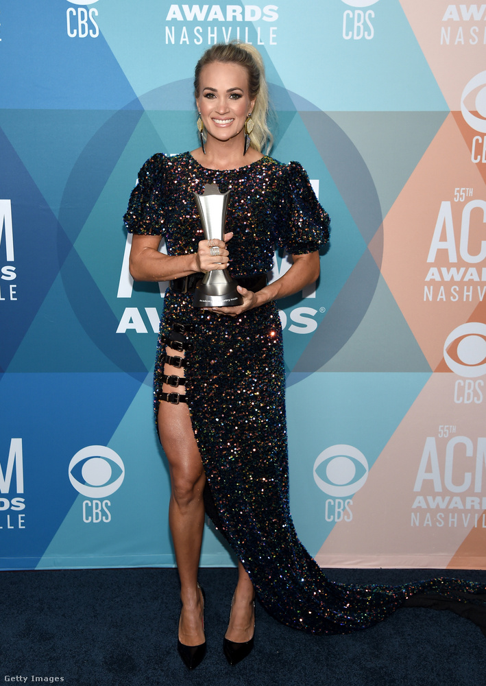 Carrie Underwood díjat is nyert, amit egy olyan, egyébként roppant elegáns estélyiben vett át, ami mintha azért lenne ennyire felsliccelve, hogy az ember elgondolkodjon, hogy a viselőjén vajon van-e fehérnemű