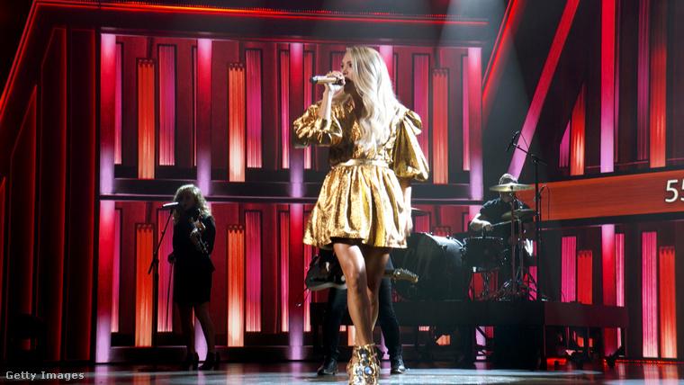 Az esemény második leghíresebb vendége Carrie Underwood volt, ő is előadott egy dalt tetőtől talpig, vagyis inkább válltól combközépig aranyba öltözve