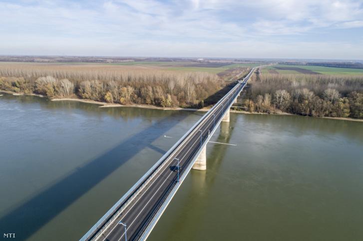 A Duna felett átívelő Szent László híd az M9-es autóút része Bogyiszló közelében. Átadás éve: 2003