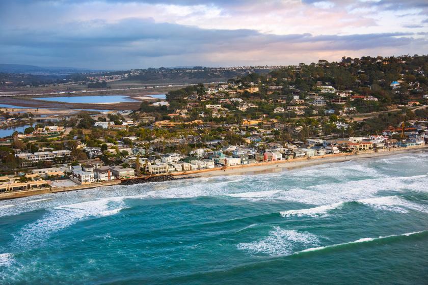 Megértjük, miért éppen ezen a festői tengerparton vásároltak házat: a látvány pazar, és persze a villa sem utolsó.