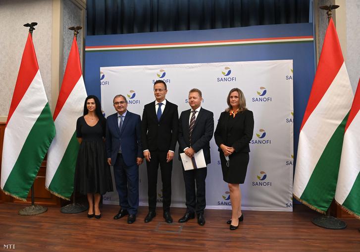 Tarcsa Mónika a Sanofi market access igazgatója (b1) Hubay György Miskolc fideszes országgyûlési képviselõje (b2) Szijjártó Péter külgazdasági és külügyminiszter (b3) Rónay Tamás a Sanofi magyarországi vezérigazgatója (b4) és Mester Viktória a Sanofi gyáregység igazgatója (b5) a Sanofi beruházást bejelentõ tájékoztatóján a Külgazdasági és Külügyminisztériumban 2020. szeptember 17-én. A Sanofi összesen több mint 7 milliárd forintból 12 milliárd forintos állami hozzájárulással bõvíti miskolci gyárát csaknem 50 százalékkal növeli a termelési kapacitását. Az új gyártósoron óránként 90 ezer fecskendõt tudnak elõállítani.