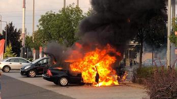 Kigyulladt egy autó az M5-ös soroksári szakaszán