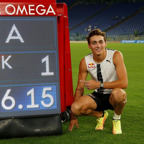 Armand Duplantis büszkén mosolyog az általa felállított világrekordot mutató eredményjelző mellett.