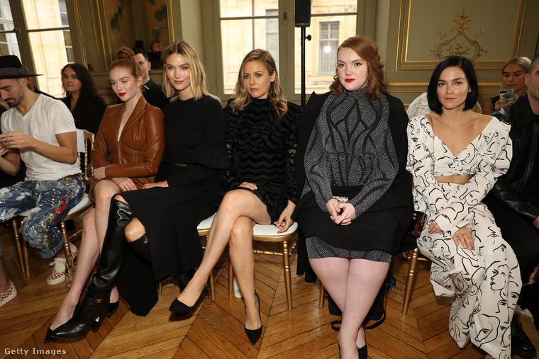 A divatbemutatókon az első sorban általában hemzsegnek a hírességek (vagy legalábbis hemzsegtek)