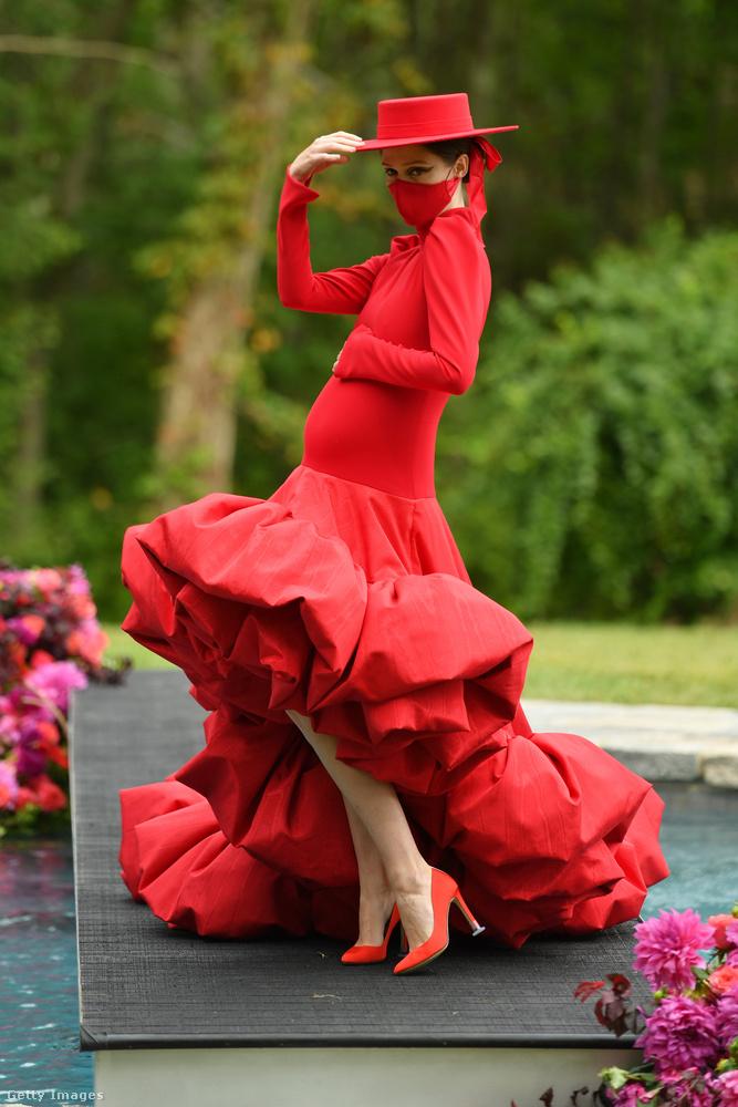 Az egyik legismertebb személy ezen a bemutatón Coco Rocha modell volt, aki egy vörös szettet mutatott be
