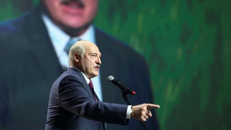 Lukasenko fegyvereket kért Oroszországtól és háborúval fenyeget
