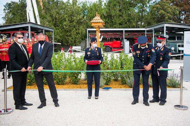 Varga Ferenc tűzoltó dandártábornok a Fővárosi Katasztrófavédelmi Igazgatóság igazgatója (j2) és Czigler László Újpest alpolgármestere (b2) átvágja a nemzeti színű szalagot az Újpesti Tűzoltó Skanzen megnyitóján a IV. kerületi Hivatásos Tűzoltó-parancsnokság udvarán 2020. szeptember 18-án.