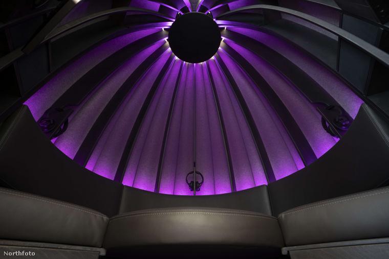 Ha felfelé pillant, kicsit olyan érzése támadhat, mintha egy modern templom kupolája alatt üldögélne, nem? De ha már szóba jött az üldögélés: a meditációs kapszulában 2-3 ember fér el
