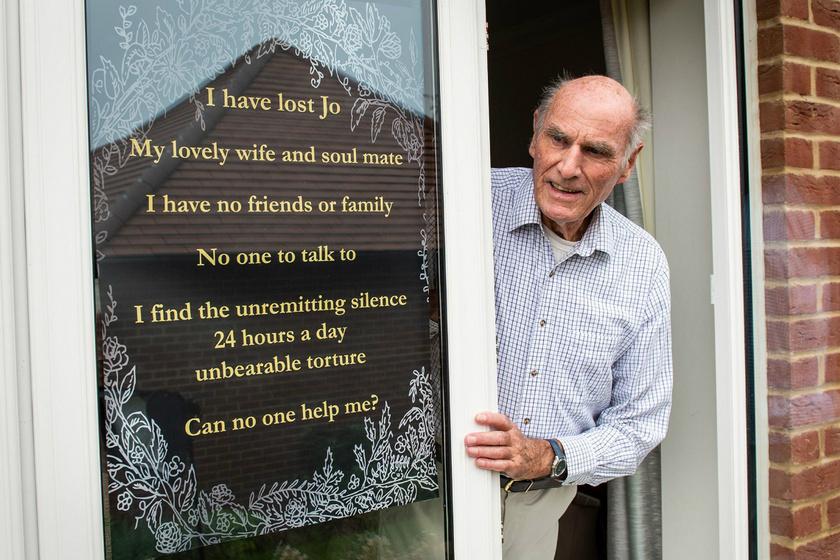 Szívszorító hirdetést tett az ablakába a 75 éves férfi: csak egy egyszerű dologra vágyik