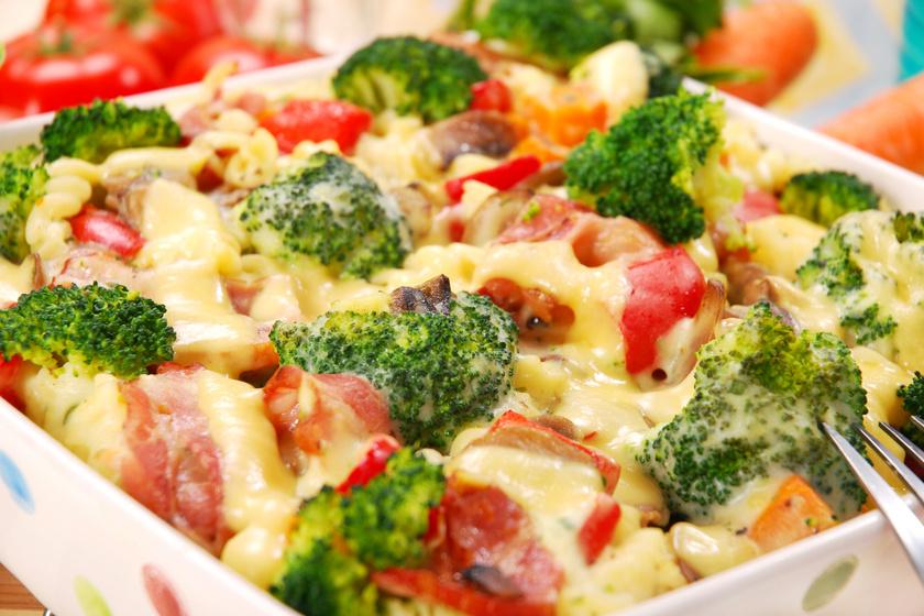 Baconös, brokkolis rakott tészta mozzarellával a tetején: 40 perc, és kész