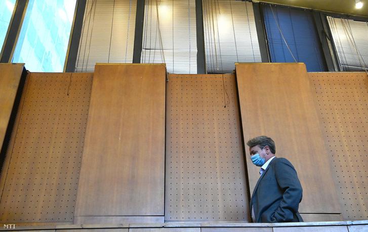Kovács Béla korábbi jobbikos európai parlamenti képviselő érkezik az ellene és három társa ellen az Európai Unió intézményei elleni kémkedés bűntette és más bűncselekmények miatt indult büntetőper tárgyalására a Budapest Környéki Törvényszék tárgyalótermében 2020. szeptember 16-án.