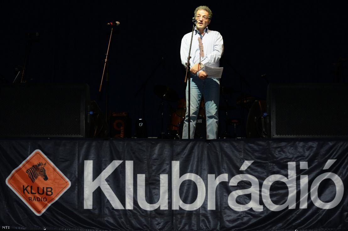 Arató András a Klubrádió vezérigazgatója beszél a II. Hadd Szóljon - Koncert a Klubrádióért című rendezvényen a budapesti SYMA Sport- és Rendezvényközpontban 2012. október 30-án.