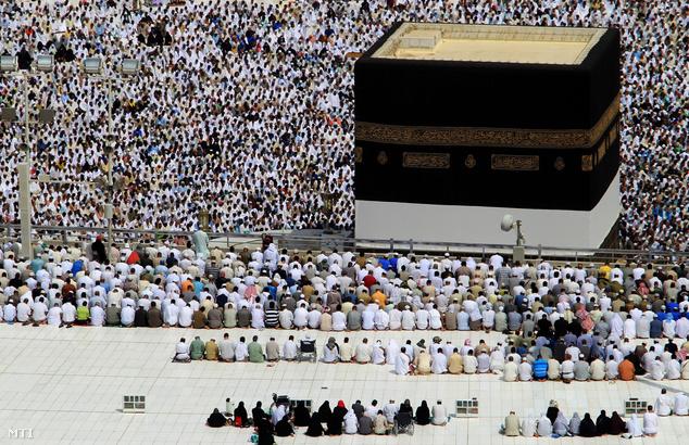 Muzulmán zarándokok tízezrei imádkoznak a Nagy Mecset közepén álló Kába-szentély körül a szaúd-arábiai Mekkában