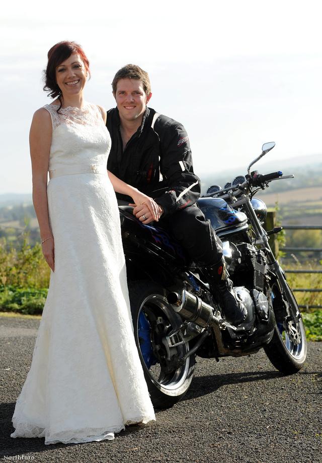 Dan és Sarah Whitehouse persze motorral is fényképezkedtek