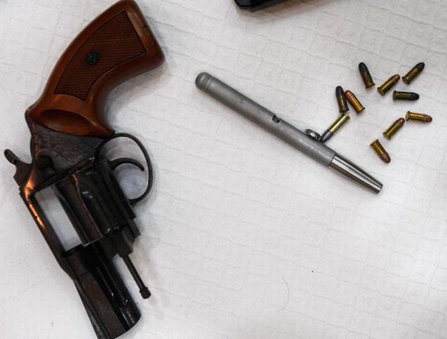 Hús-vér nápolyi maffiózóktól elkobzott, működő tollpisztoly
