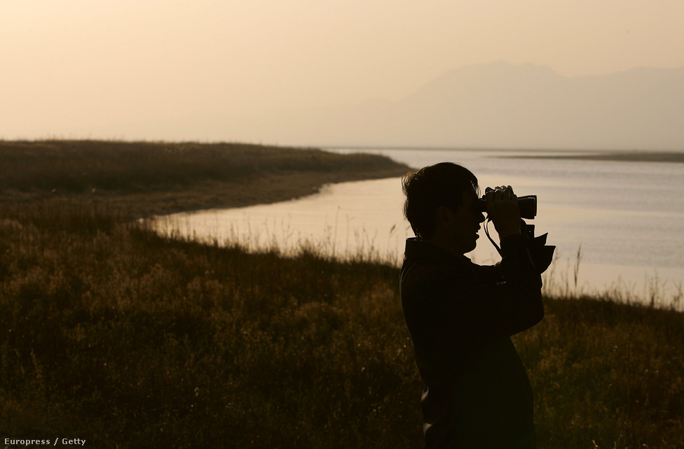 Madarakat figyel egy férfi Pekingben. Költöző madarakról már háromezer éve is készítettek feljegyzéseket az ókori görög filozófusok, bár Arisztotelész még úgy vélte, hogy a madarak téli álmot alszanak valahol a Nílus mentén. Ezt az elképzelését csak az 1900-as években cáfolták meg kutatók, miután párhuzamot fedeztek fel az évszakok változása és a madarak viselkedése között.