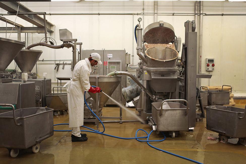 Takarítás a kenőárukat, így májasokat is gyártó, 1978-ban átadott kombinátban. A gyulai májas az elmúlt években piacvezető termék volt, egy tavalyi  orosz exportja miatt létszámot is emeltek a gyárban