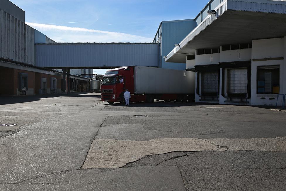 A brit Pizza Express kétkilós kiszerelésben kapja a gyulai gyártású kolbászt. Ebben az üzemben gyártják a boltokba kerülő vákuumfóliás kiszereléseket is.