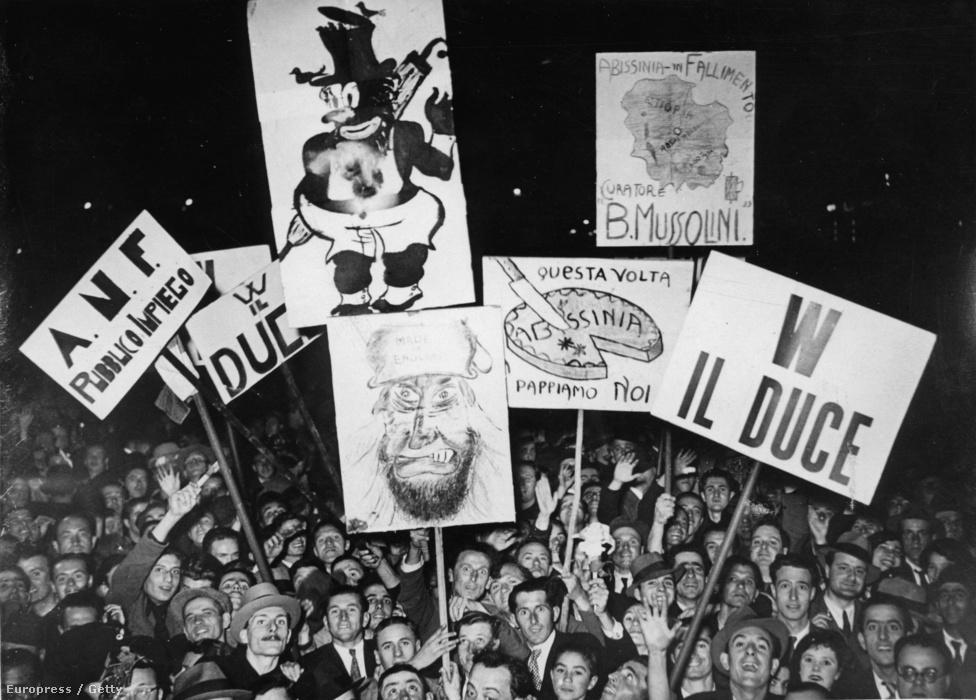 1923-ban Mussolini miniszterelnök új választójogi törvényt fogadtatott el, egy évvel később pedig a választásokat durván elcsalva erősítette meg a hatalmát. Még egy évvel később fel is oszlatta a parlamentet, és elkezdte kiépíteni a totális fasiszta diktatúráját.