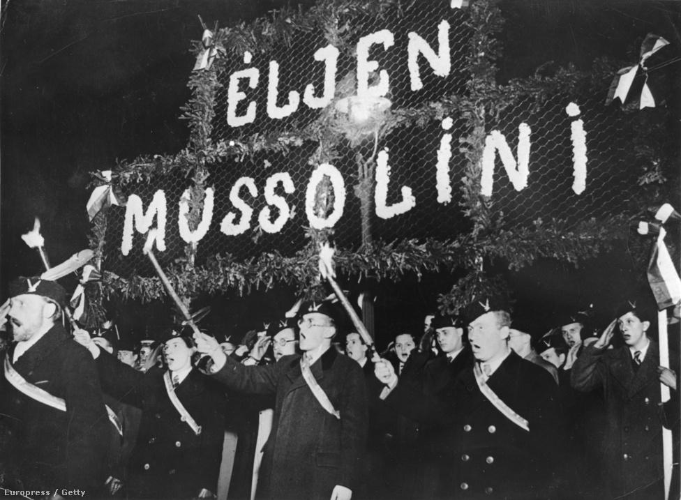Magyar diákok fáklyásmenettel tisztelegnek az olasz fasiszta vezér előtt 1936-ban.