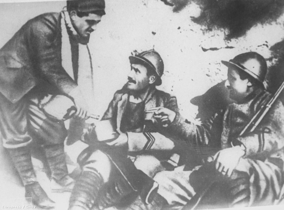 """1915. május 24-én Olaszország az antant oldalán lépett be a világháború. Az akkor még szocialista, 21 éves Benito Amilcare Andrea Mussolini katonai szolgálatra jelentkezett. A tanítóképzőt végzett Mussolini ebben az időben távolodott el a szocialistáktól – akik közé a hírhedt szocialista apja kapcsolatai vitték –, és helyezte át a hangsúlyt a katonaviselt, erős nemzeti öntudattal rendelkező kispolgári rétegre, a """"lövészárok arisztokráciájára"""". (2009-ben kiderült, hogy leszerelése után a brit elhárítás pénzelte, hogy folytassa a háborús propagandát a lapjában.)"""