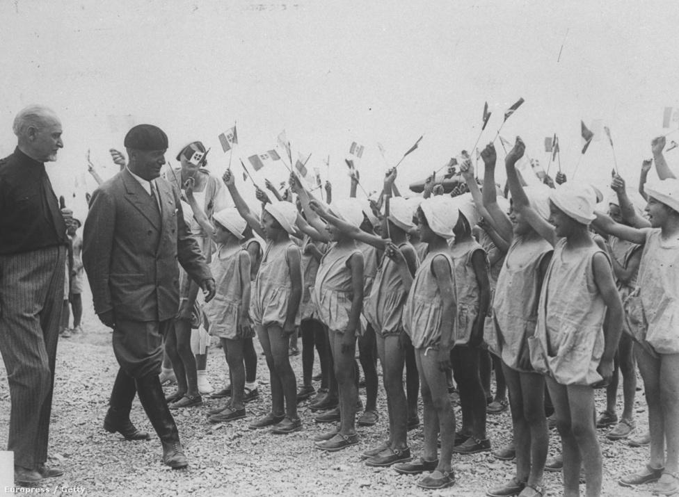 1936-tól Mussolini hivatalos címe a Sua Eccellenza Benito Mussolini, Capo del Governo, Duce del Fascismo e Fondatore dell'Impero (Őexcellenciája Benito Mussolini, a kormány feje, a fasizmus vezére és a Birodalom alapítója) volt.