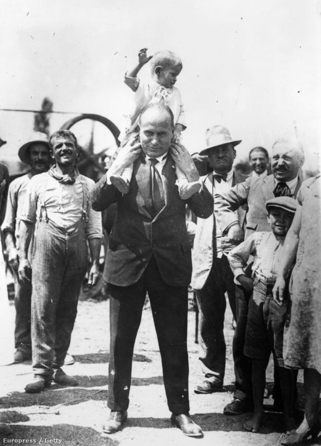 Mussolini 1935-ben legkisebb fiával, Romanóval a vállán. Rajta kívül volt még két lánya, Edda és Anna Maria, illetve két fia, Vittorio és Bruno. A Duce életrajzírója, Nicholas Farrell szerint szeretőjéből lett feleségét, Rachele Guidit rengeteg nővel megcsalta. Első feleségével, Ida Dalserrel való kapcsolatát, és tőle született fiát, Benito Albino Mussolinit a propaganda eltitkolta. Dalsert pszichiátriai intézetbe zárták, ahol 1937-ben halt meg, árván maradt fiát pedig állandóan megfigyelték, de mivel nem tartotta a száját, szintén elmegyógyintézetbe zárták, és 26 éves korában, 1942-ben halálos injekcióval megölték.