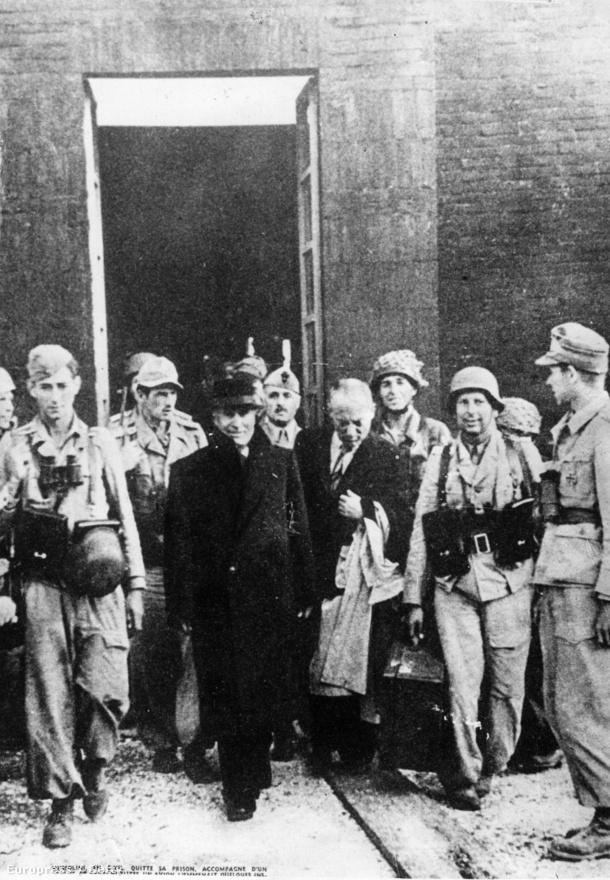 """Miután az olasz fegyveres erők elbuktak, a király 1943. július 24-i parancsára lefokozták és letartóztatták Mussolinit. Szeptember 12-én azonban német ejtőernyősök Hitler parancsára kiszabadították. A Führert megdöbbentette, hogy Mussolini mennyire zilált és zaklatott lett a folyamatos stressztől, és Olaszország háborús szereplésétől, valamint hogy a Duce még bosszút sem akart állni, hanem legszívesebben örökre visszavonult volna. Hitler ezért megfenyegette, hogy elpusztítja Milánót, Genovát és Torinót, így Mussolini visszatért Észak-Itáliába, ahol létrehozta az Olasz Szociális Köztársaságot. Ettől kezdve a Salói Köztársaságként emlegetett bábállamnak egyre nagyobb területveszteségei voltak. Egy 1945. januári interjúban azt mondta: """"Hét éve egy érdekes ember voltam. Ma alig valamivel vagyok több egy holttestnél."""""""