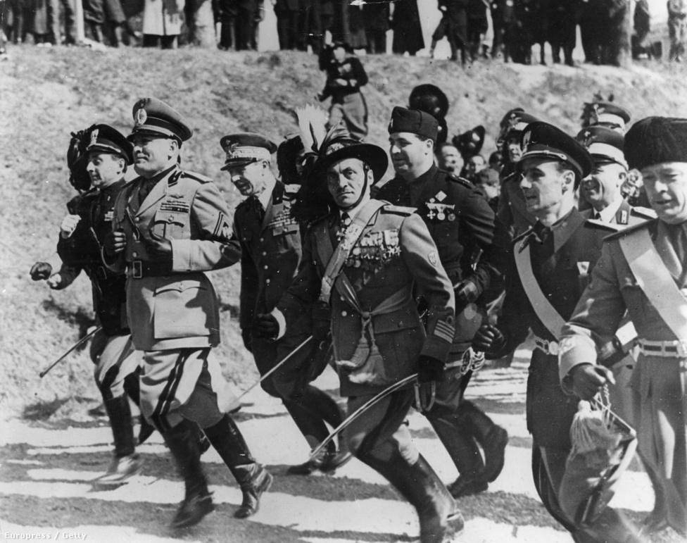 1939. szeptember 1-jén Hitler megtámadta Lengyelországot. Ugyanezen a napon az olasz minisztertanács az ülésén egyhangúlag kimondta Olaszország semlegességét. Hitler a tétlenséget nagyvonalúan elnézte, Mussolini viszont – aki egy új Római Birodalomról álmodott – borzasztóan, megalázva érezte magát. Az olasz népet nemcsak a háborús készenlét hiánya miatt tartotta másodrendűnek, hanem elkeserítette a spártai nevelés, a poroszosítás kudarca is, minthogy az olaszok láthatóan nem akartak háborúba menni. 1940. június 10-én, hogy ki ne maradjon a sikerből, Olaszország Hitler kérésére mindenfajta átlátható terv nélkül hadat üzent Franciaországnak és Angliának.
