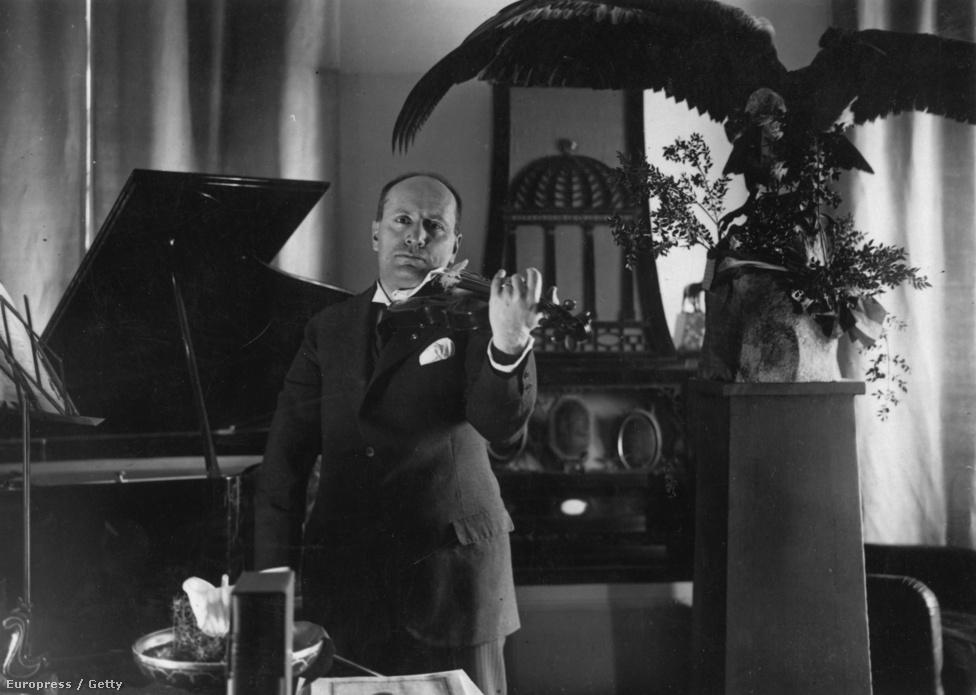 A megalomániás Mussolini nagy pártolója volt a művészeteknek, pedig sok ideje nem maradt rájuk, mivel napi 18 órát dolgozott, és vasárnap sem pihent. Kiválóan hegedült, és állítólag minden reggel elolvasott egy versszakot Dantétól. Kikapcsolódásként olasz klasszikusokat fordított német nyelvre, és verseket meg romantikus regényeket írt.