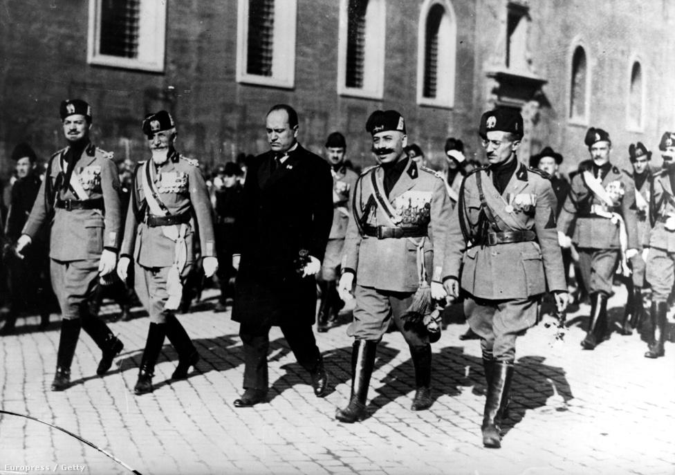 1919-ben a jobboldalivá vált Mussolini vezetésével megalakult az összefogást szimbolizáló fascest jelképül választó baloldali-nacionalista Fascio di Combattimento, de mivel a választáson elbukott, 1920-ban megreformálták az ideológiát. Mussolini belépett a polgári pártokat tömörítő Nemzeti Blokkba, squadrái pedig több mint száz szocialistát megöltek. 1921-ben megalakult a Nemzeti Fasiszta Párt, ami egy évvel később sorra puccsolta meg a nagyvárosokat. 1922. október végén a fasiszta fegyveresek konkrét elképzelés nélkül elindultak Róma felé. Mussolini megelőzve őket, október 29-én kiharcolta  III. Viktor Emánuel királynál, hogy kormányt alakíthasson. Ennek ellenére október 31-én megvalósult a Marcia su Roma demonstratív fasiszta felvonulás.