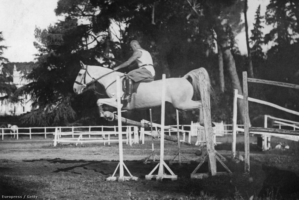 Mussolini reggeli rutinedzésén ugrat a lovával 1935-ben Rómától nem messze, a Villa Torloniában, ahol húsz éven át élt.