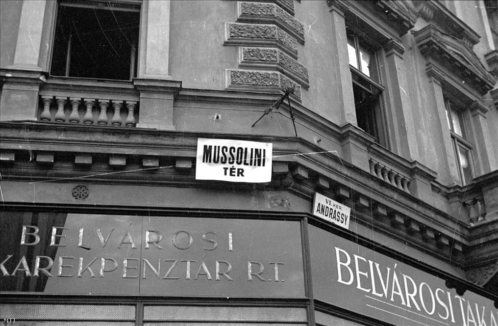 A 19. században Nyolcszög tér nevű teret az 1920-as évektől Oktogonnak hívták. 1936-ban átnevezék Mussolini térre, de 1945-ben visszakeresztelték Oktogonra. Ezt öt évvel később a kommunisták November 7. térre cserélték, és csak 1990-től hívják újra Oktogonnak. (Fotó: Bojár Sándor)