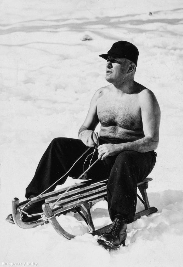 Mint mindig, Mussolini még ezen az 1937-ben, szánkózás közben készített fotón is lazább Hitlernél.