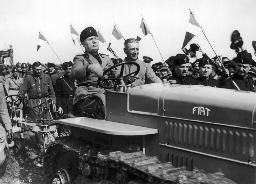 Mussolini Fiat traktorral húzza meg 1936. április 24-én a kiszáradt mocsáron másnap alapított Aprilia város határát Lazio régióban.