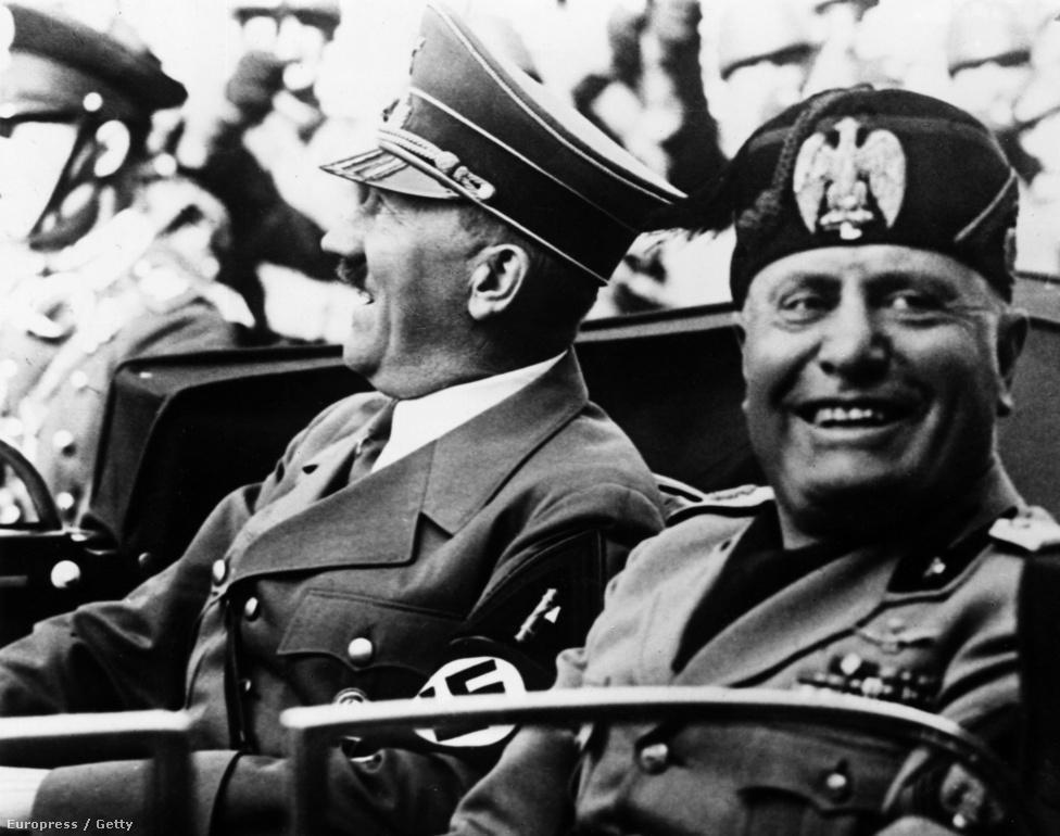 Mussolini Hitlerrel kocsikázik Firenze utcáin 1938-ban. A Duce eleinte rossz szemmel nézett a nácikra, mivel Hitler meg akarta szerezni Ausztriát, de Dél-Tirolban jelentős olasz kisebbség élt. Amikor viszont Mussolini a spanyol polgárháborúban Francót támogatta, a Nyugat elzárkózott előle, így nem sok választása maradt: 1936. október 24-én mondott beszédében bejelentette a Berlin-Róma tengely megalakulását, de az Anschluss előtt nem hajtott fejet. Egészen 1937 szeptemberéig, amikor Berlinben Hitler elismerte az olaszok elsőségét a Földközi-tenger térségében és Afrikában, de a Ducénak cserébe le kellett mondania Ausztriáról. Ezenkívül Csehszlovákia német-olasz felosztása is üres ígéret maradt.