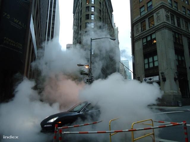 Kiengedik a gőzt a csatornából, különben a beömlő víztömeg akár robbanást is okozhatna.