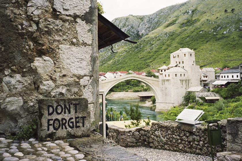 A háborús pusztítás nyomait is őrzi a város - Emlékezésre szólít a kő.