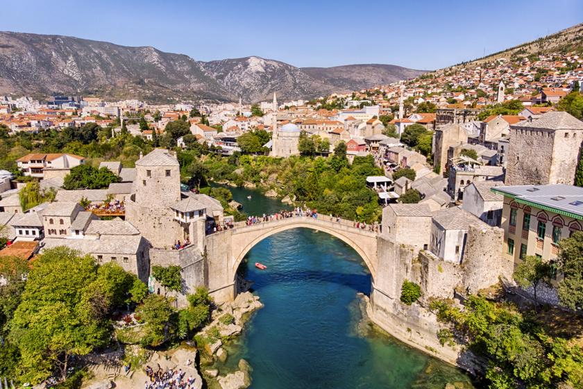 A Balkán egyik legszebb városkája Mostar: türkizkék folyó szeli ketté, nagy múltú híd köti össze