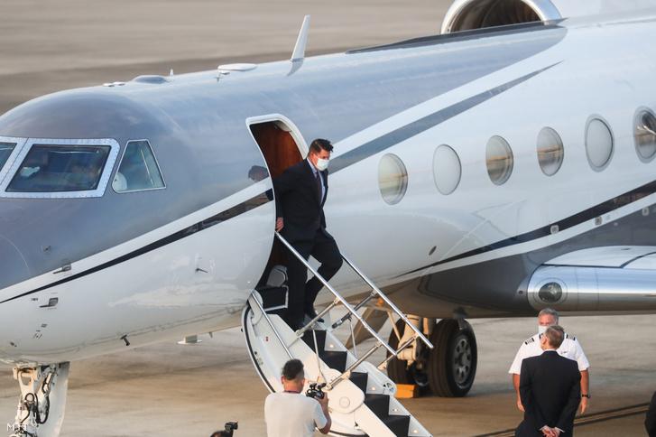 Keith Krach gazdaságfejlesztésért felelős amerikai külügyi államtitkár (k) kiszáll a repülőgépből a tajvani légierő tajpeji repülőterén 2020. szeptember 17-én