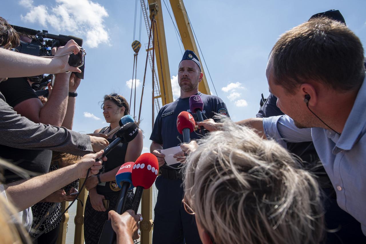 Gál Kristóf a roncs kiemelésének napján a riporterek gyűrűjében