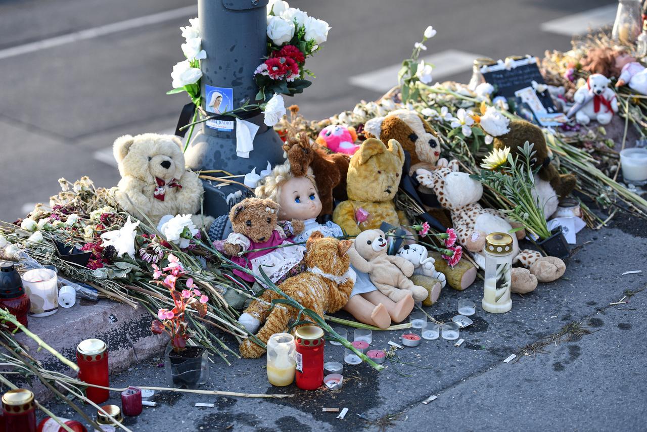 A 2019. május 29-én elsüllyedt Hableány turistahajó balesetének helyszínénél, a Margit-híd pesti hídfőjénél sokan gyermekjátékokat helyeztek el, miután nyilvánosságra került, hogy az áldozatok között egy 6 éves kislány is volt