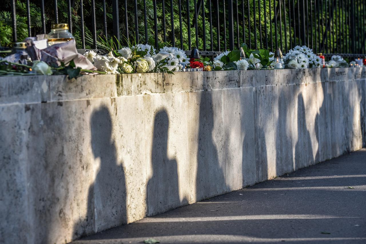 A Dél-Koreai Nagykövetség előtt zajló megemlékezés. A Hableány-katasztrófa 27 áldozatot követelt, 7 személy élte túl, 1 fő a mai napig eltűntként van nyilvántartva